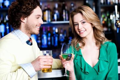 muž a žena pri víne